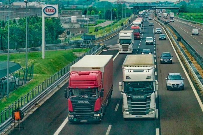 грузовики на трассе